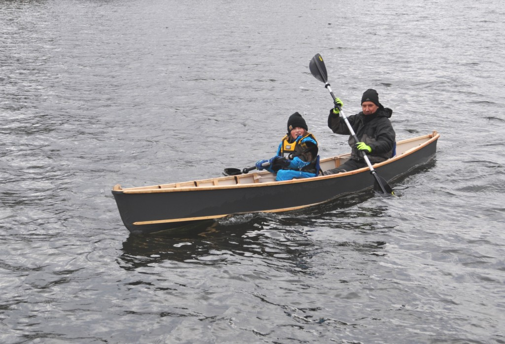Kanu fahren im selbst gebauten Kanu