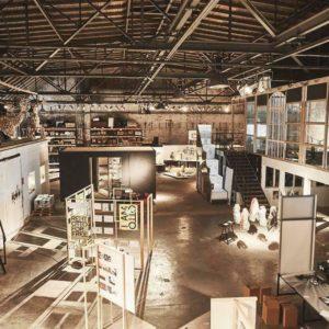 Die Hallo von innen, links das tor zur alten Holzerwerkstatt
